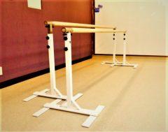 バレエのレッスンに欠かせないバレエバー、固定式のレッスンバーもあります